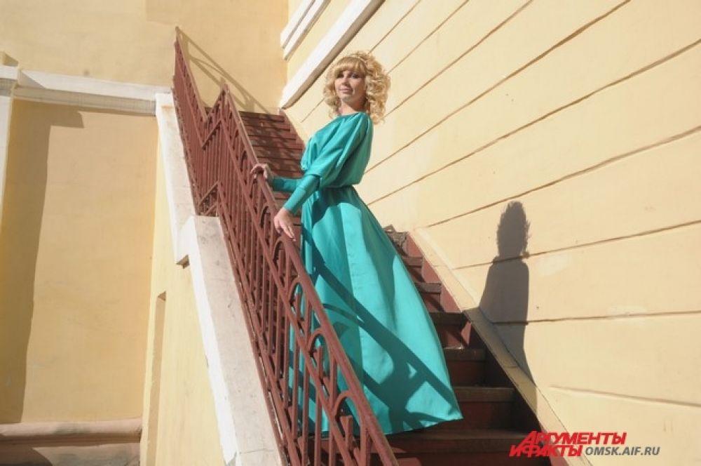 Легкий, романтический образ. Прекрасный бирюзовый цвет платья. Прическа и аксессуары являются отличным дополнением, соответствуют случаю и что не менее важно, возрасту девушки.
