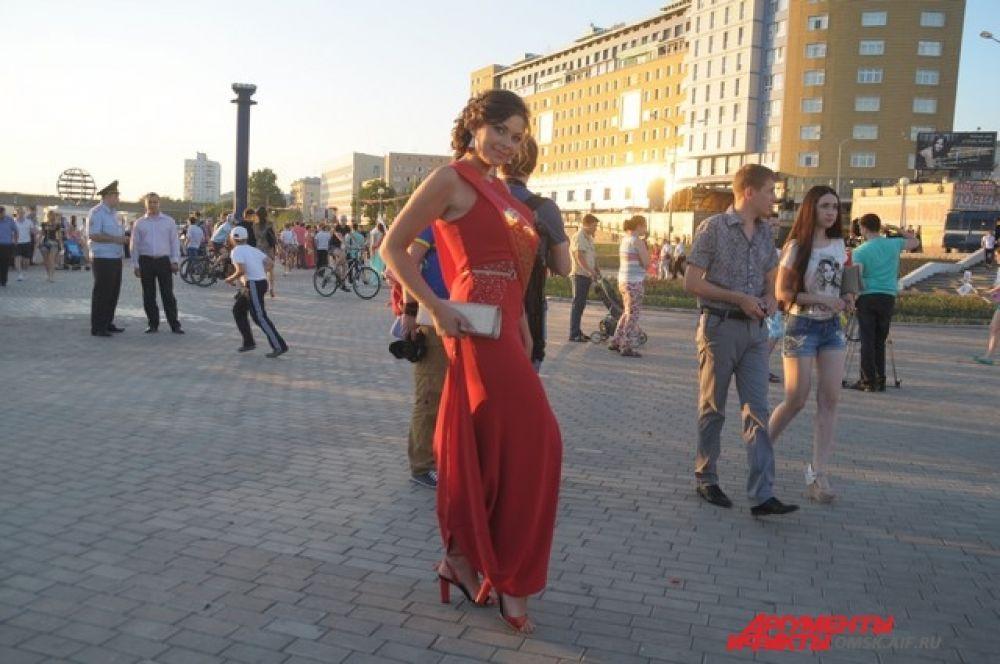 Красное платье - это всегда смелость, а  в формате выпускного, наверное даже некоторый эпатаж. Но девушка на фото со всем этим «грузом» справилась и выглядит отлично. Очень хорошо, что макияж не пытается «победить» платье, а, наоборот, его поддерживает. Тоже можно сказать и о прическе.