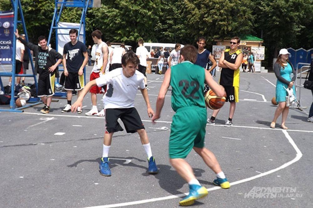 На площади играли в баскетбол