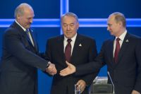 Президент Белоруссии Александр Лукашенко, президент Казахстана Нурсултан Назарбаев и президент России Владимир Путин.