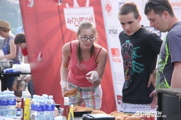 Участники убедились, чт овсе стерильно. Девушки трогали булочки только в перчатках.