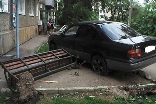 После ДТП водитель иномарки скрылся.