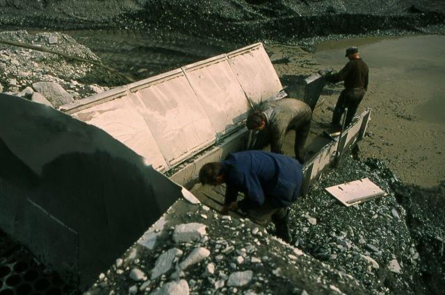 На технологиях по-прежнему экономят, добывая золото дедовскими методами.