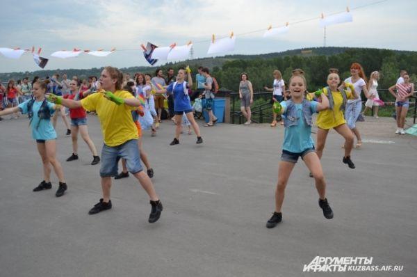 На празднике нашлось место не только для поклонников музыки. Любители современного танца могли принять участие во флеш-мобе вместе с ансамблем Dance FM.