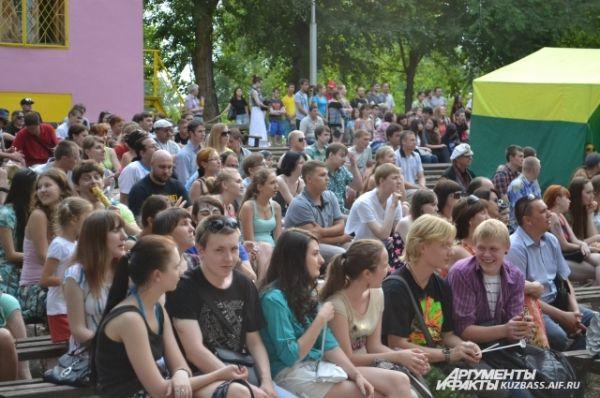 В зрительном зале «Зелёного театра» Парка Чудес на XI открытом городском рок-фестивале «Над Землёй» собрались поклонники тяжёлой альтернативной музыки.