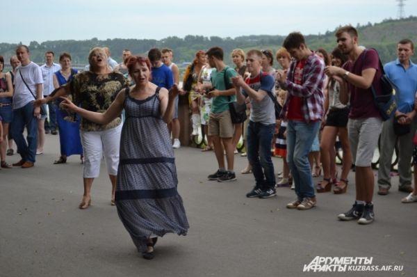 Под зажигательные танцевальные ритмы невозможно было устоять на месте.