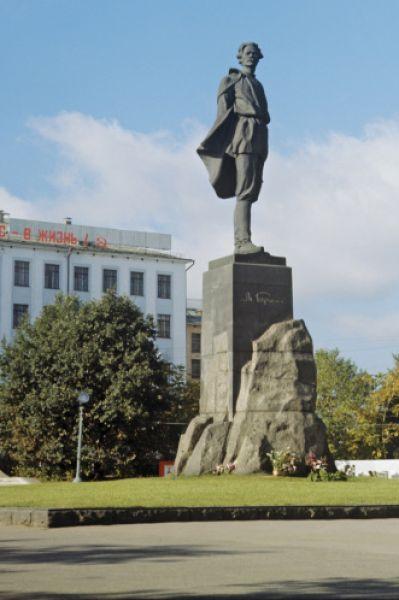 Третий монумент Веры Мухиной в честь Максима Горького является одной из достопримечательностей Нижнего Новгорода. Памятник был установлен в 1952 году в сквере на площади имени Горького. Проект монумента был утверждён ещё в 1939 году на Всесоюзном конкурсе, но работа над скульптурой была отложена из-за Великой Отечественной войны.