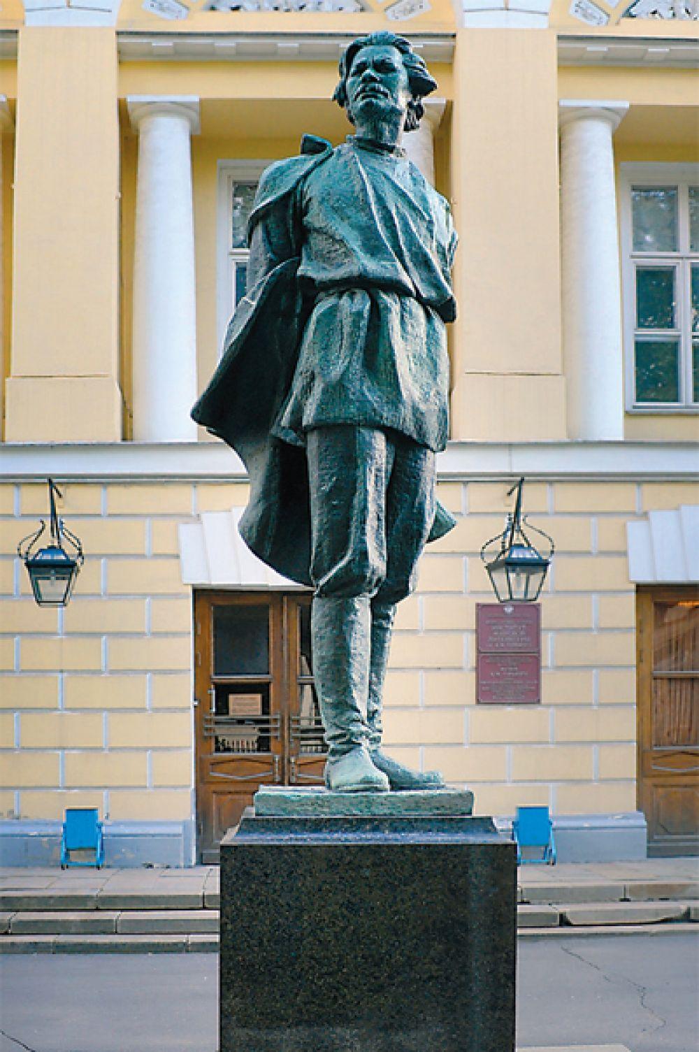 Ещё один памятник Горькому, созданный Мухиной, располагается на своём первоначальном месте – у Института мировой литературы им. Горького.