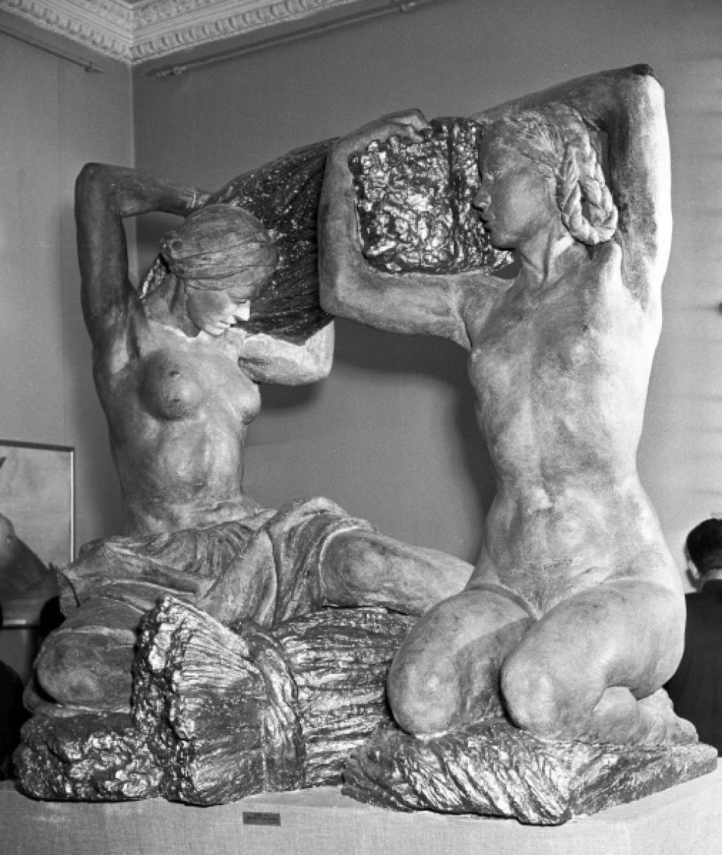 Для выставки «Пищевая индустрия» 1939 года Вера Мухина по одному из своих эскизов для Москворецкого моста создала композицию «Хлеб», которая теперь также известна под названием «Урожай». Это одна из немногих работ, в которой архитектор запечатлела фигуры в своём естественном занятии, в то время как в других работах она часто обращалась к теме преодоления и противостояния чему-либо.
