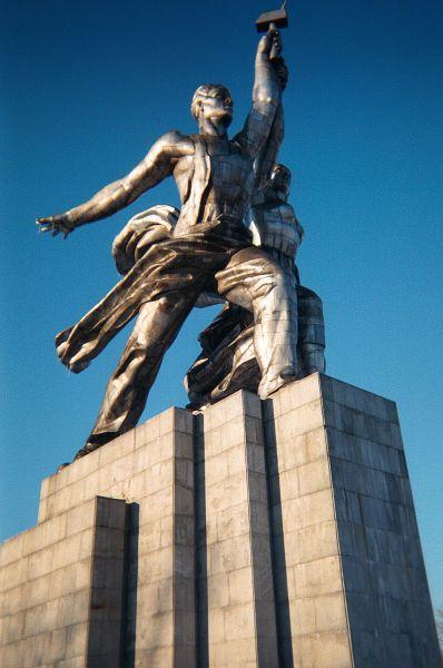 В 1937 году для советского павильона Всемирной выставки в Париже по проекту Бориса Иофана Вера Мухина создала памятник «Рабочий и колхозница». Эта композиция впоследствии признана эталоном соцреализма.