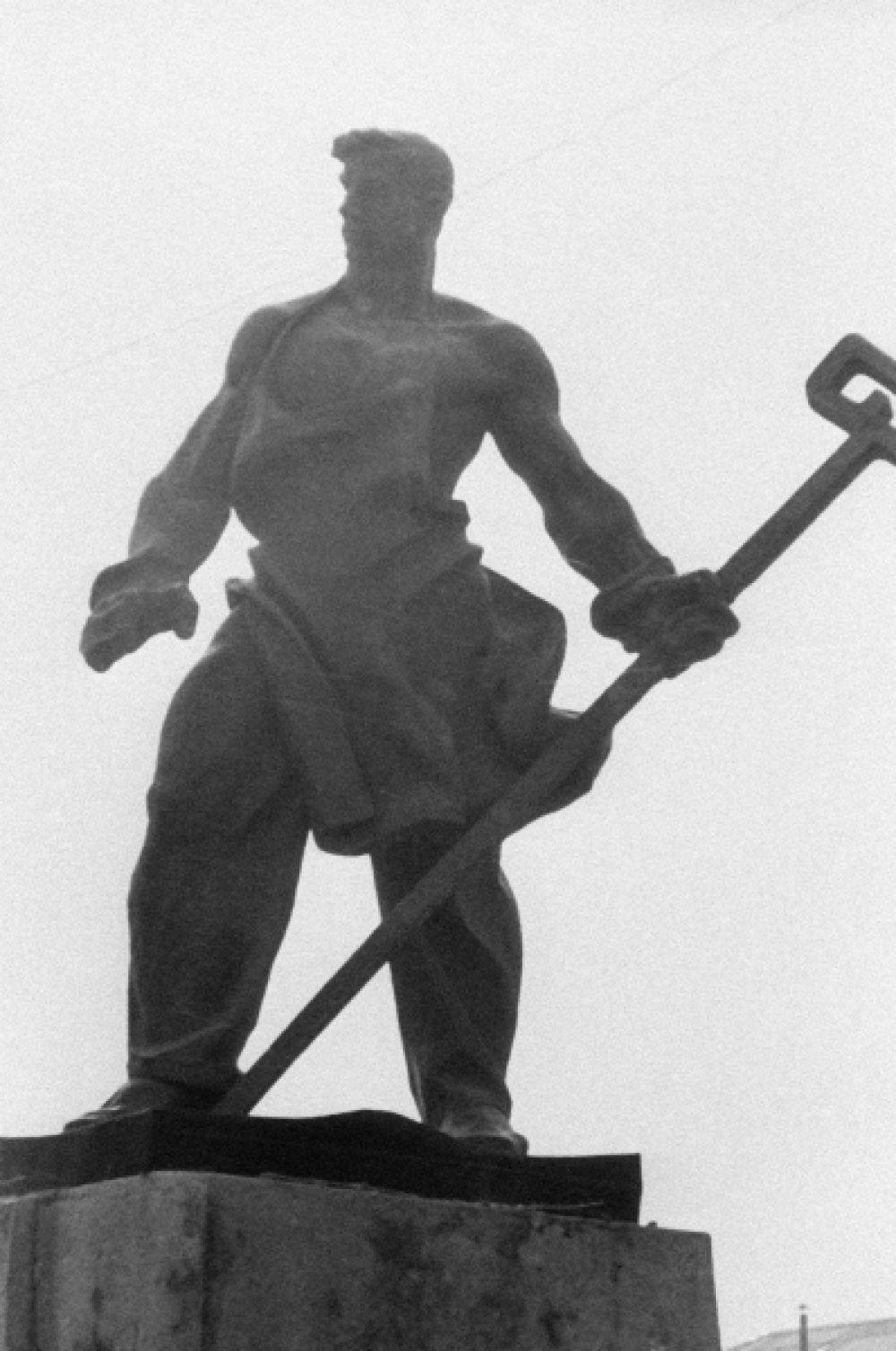 Ещё одной монументальной скульптурой в области соцреализма является памятник «Сталевар», установленный в Магнитогорске.