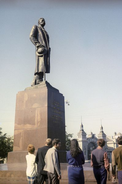В 1951 году на площади Белорусского вокзала в Москве был установлен памятник Максиму Горькому, выполненный Верой Мухиной по проекту Ивана Шадра 1939 года. В 2005 году скульптуру демонтировали ради строительства транспортной развязки, в результате чего на монументе образовалось несколько дефектов, включая трещину с левой стороны.