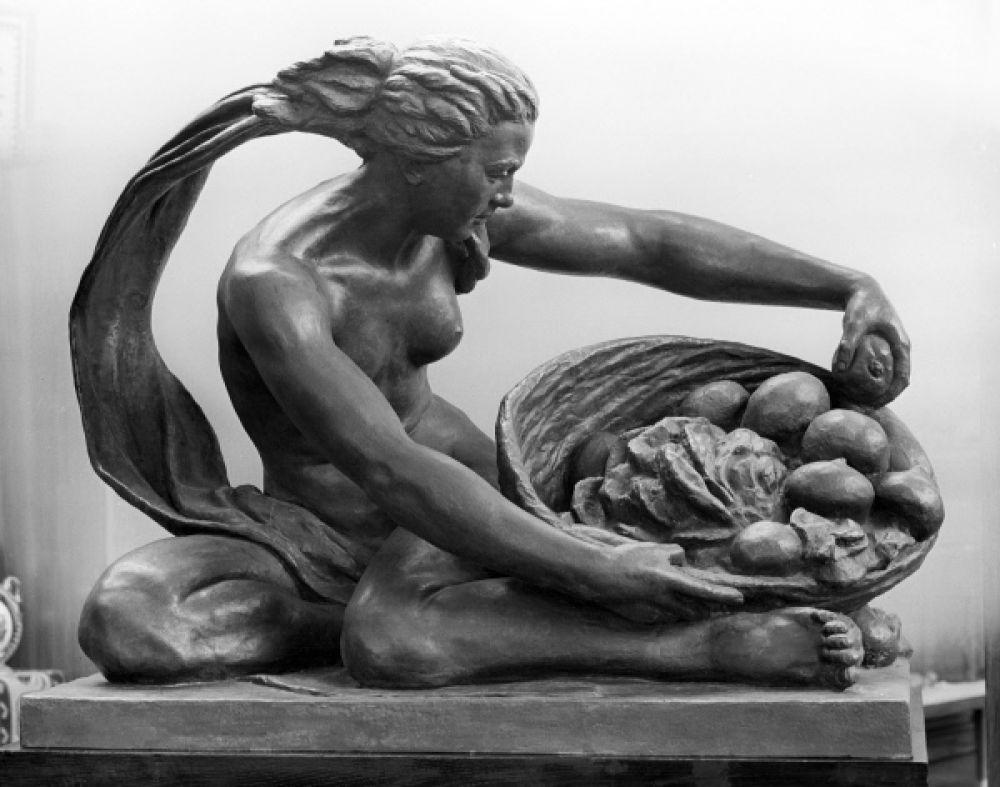 В 1957-м на Центральном стадионе имени Ленина был установлен памятник «Земля и Вода» из хрупкого алюминиево-цинкового сплава. С тех пор памятник не раз подвергался реставрации и восстановлению, но по-прежнему находится вблизи стадиона, который теперь носит название «Лужники».