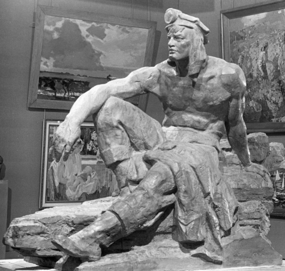 Вера Мухина создала множество работ в стиле социального реализма, и одной из наиболее сильных её скульптур в этом направлении считается «Отдыхающий шахтёр».