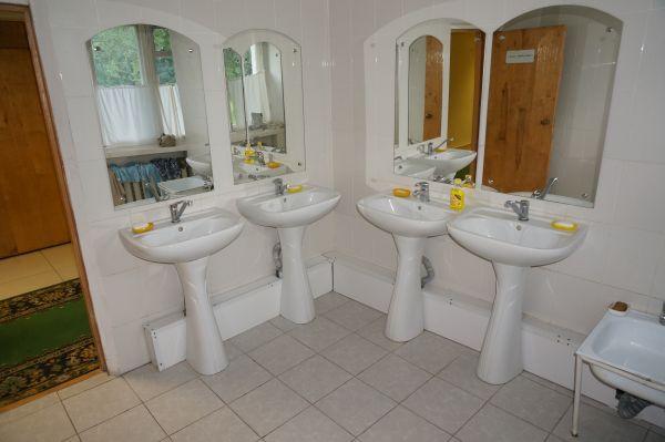 В корпусе, где живут беженцы, условия хорошие: душевая и туалетная комната, гладильная и прачечная.