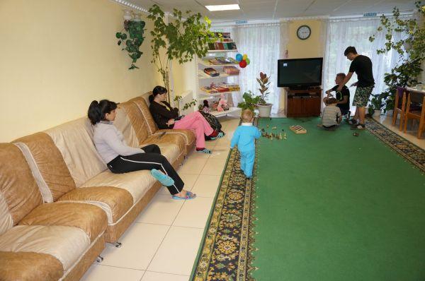 В коридоре – шведский стол со сладостями и чаем. Тут же большой телевизор и удобные диваны.