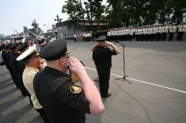 Моряки-тихоокеанцы Владивостока на плацу.