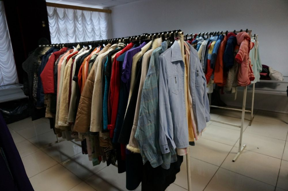 В корпусе есть даже отдельный зал, где на плечиках висит принесенная пермяками одежда: от плюшевых комбинезончиков для малюток и до верхней одежды для взрослых. Вся она чистая, новая, прошедшая обработку.