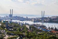 Над бухтой Золотой Рог распростёрся одноименный мост.