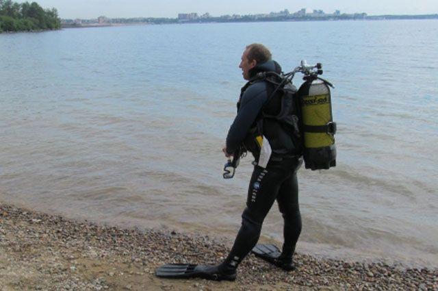 Несколько водолазов обследуют дно залива Якоби.