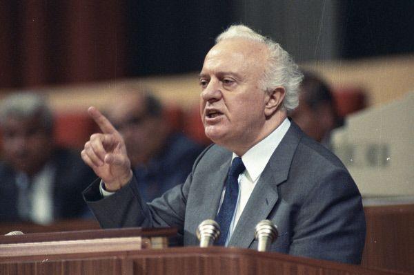 Эдуард Шеварднадзе в 1985-1990 годах был Министром иностранных дел и членом Политбюро ЦК КПСС, один из соратников Горбачева.в проведении политики перестройки, гласности и разрядки международной напряженности. В конце 1990 года с трибуны IV Съезда народных депутатов СССР заявил о своей отставке «в знак протеста против надвигающейся диктатуры» и в том же году вышел из рядов КПСС.