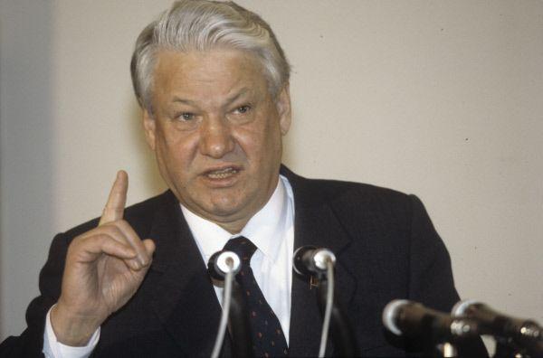 Борис Ельцин попал в аппарат ЦК КПСС по рекомендации Лигачева в апреле 1985-го года. Он рассказывал, что Горбачеву Ельцин нравился  активностью, «неординарными подходами». Генеральный секретарь предложил «посмотреть» его на посту секретаря ЦК с примеркой на первого секретаря Москвы. На съезде Ельцин предложил переименовать КПСС в партию демократического централизма и разрешить в ней свободу фракций, но его предложение не встретило поддержки. Тогда Ельцин, а вслед за ним ряд других демократических лидеров заявили о выходе из КПСС. Позже – в 1991 и 1996 годах - дважды избирался президентом РФ.