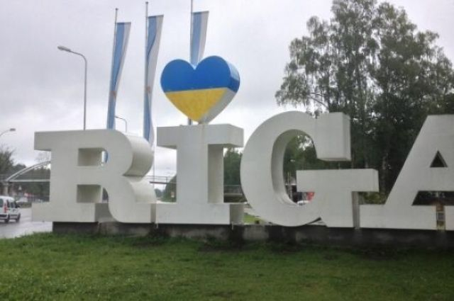 Въезд в Ригу украшает сине-желтое сердце