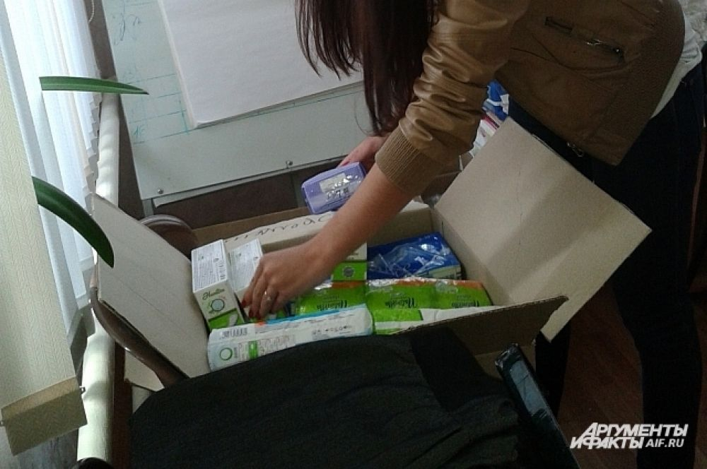 Много средств личной гигиены: памперсы, зубные пасты, мыло…
