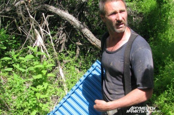 Игорь Савельев работает без пальцев на руках.