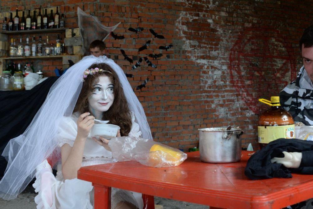 Готовилась встретить гостей и мертвая невеста.