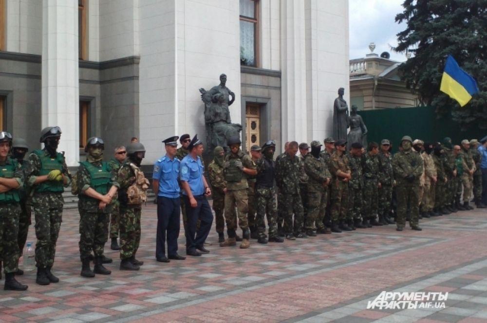 Бойцы батальона «Донбасс» возле здания Верховной Рады