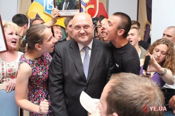 После избиения митингующими губернатор Хмельницкой ОГА прыгал в окно