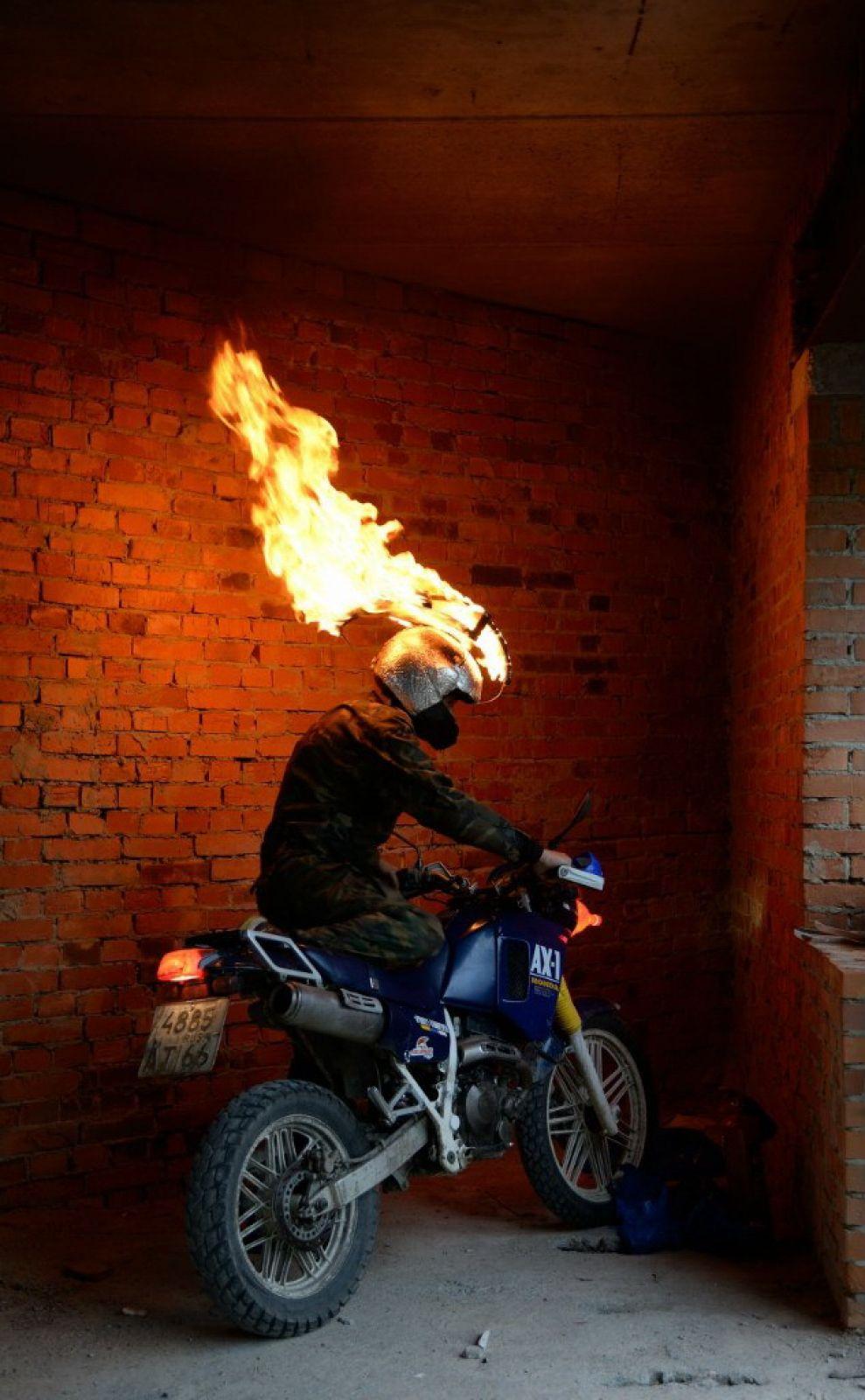 Горящий мотоциклист был большой неожиданностью для команд.
