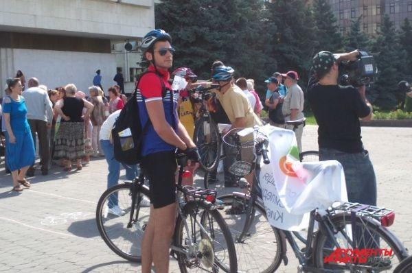 Акция велосипедистов под зданием ЦВК в Киеве