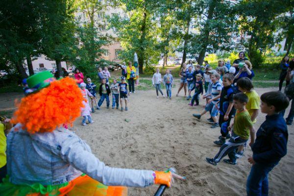 Родители пригласили на праздник клоуна, который развлекал детей играми