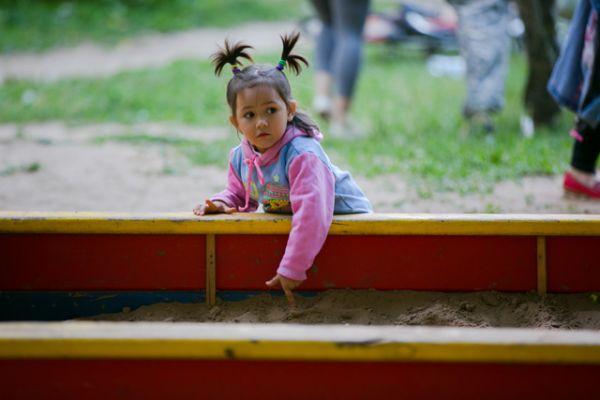 Самых маленьких на празднике интересовала песочница