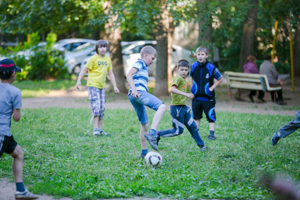 Разве могут мальчики обойтись без футбола? Конечно нет. Ребята на праздник взяли мяч и от души наигрались
