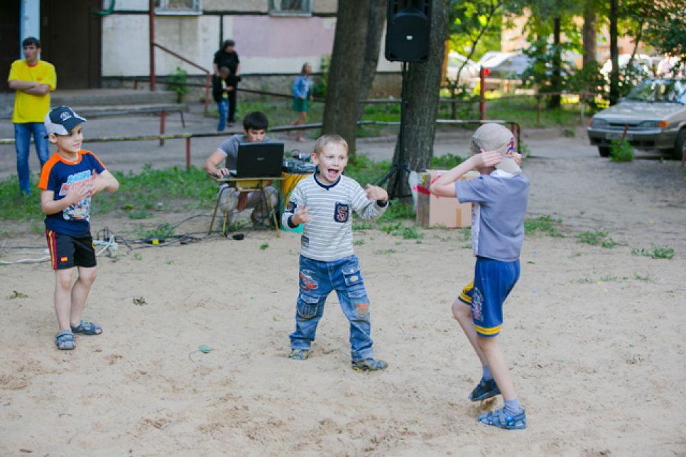 Пока одни играли в футбол, другие устраивали шуточные драки