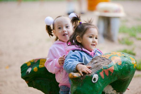 Детишки залезли на трехголового змея