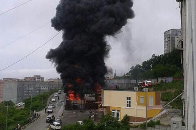 Столб чёрного дыма был виден во всех районах Владивостока.