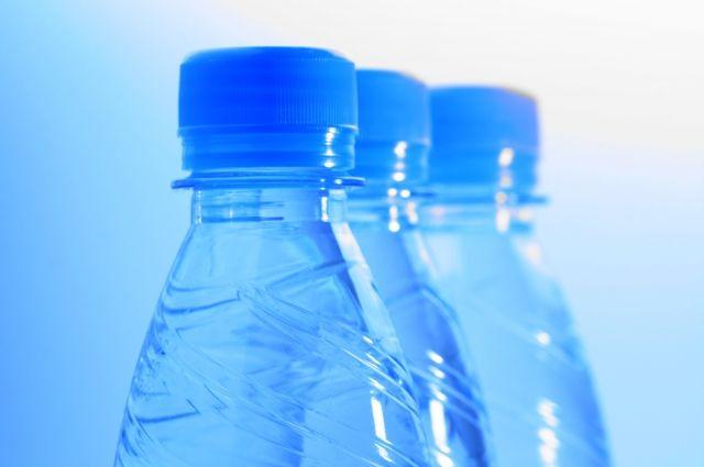 Опасную жидкость под видом алкоголя разлили по пластиковым бутылкам.