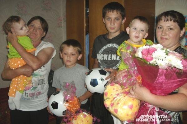 Гости пришли в дом Ячменевых с подарками