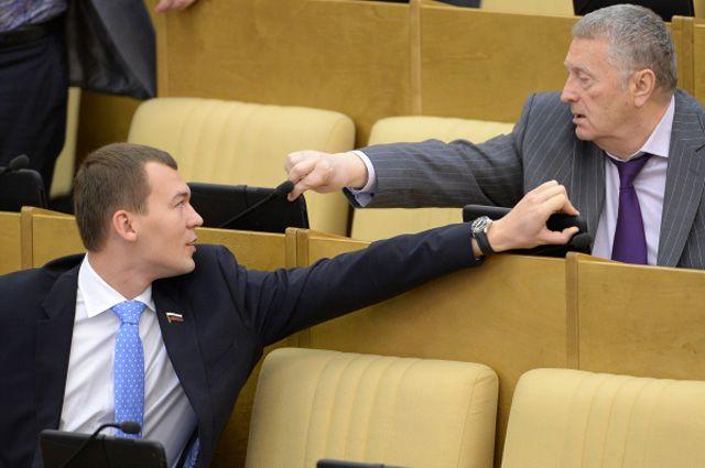 Член фракции ЛДПР Михаил Дегтярев и лидер ЛДПР Владимир Жириновский на заседании Государственной Думы РФ.
