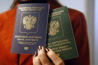 Бланки вида на жительство для лица без гражданства и проездного документа беженца.