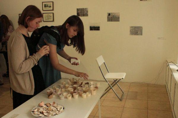 Гости могли попробовать глиняные чашки, которые были представлены в качестве угощения.