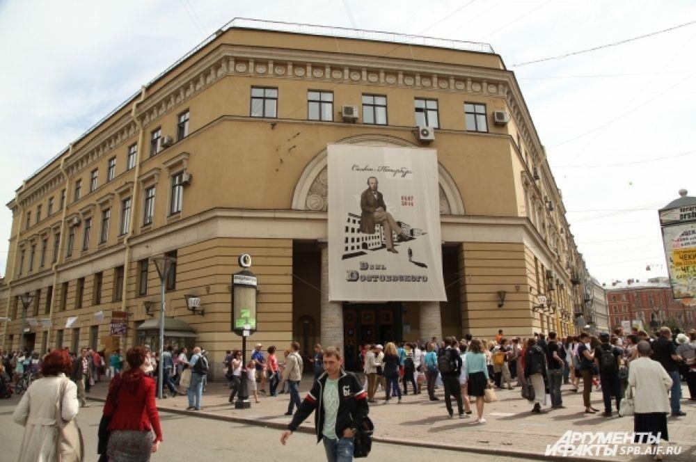 Владимирская площадь на время стала центральным местом праздника.