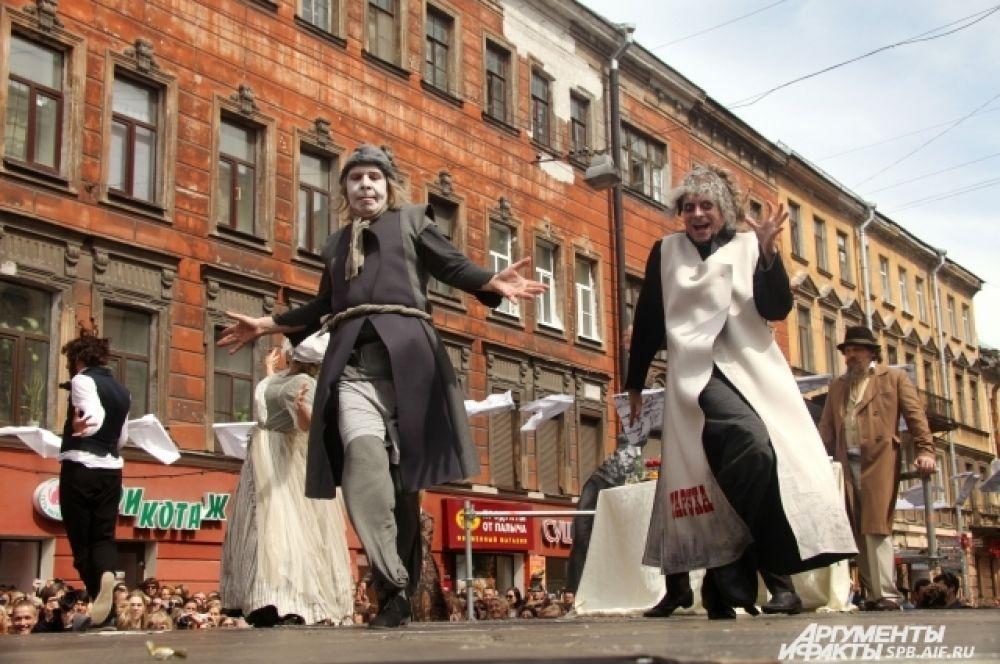 Гостей праздника встречали герои книг Достоевского.