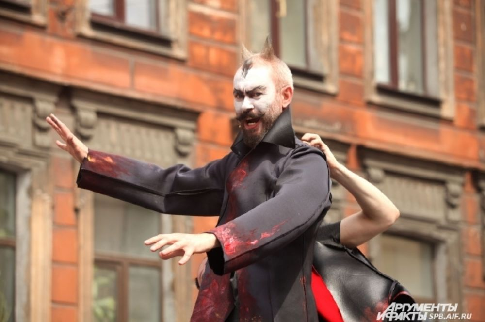 Некоторые из персонажей уличного спектакля выглядели устрашающе.
