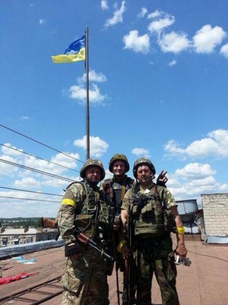 Флаг Украины над зданием городского совета Славянска