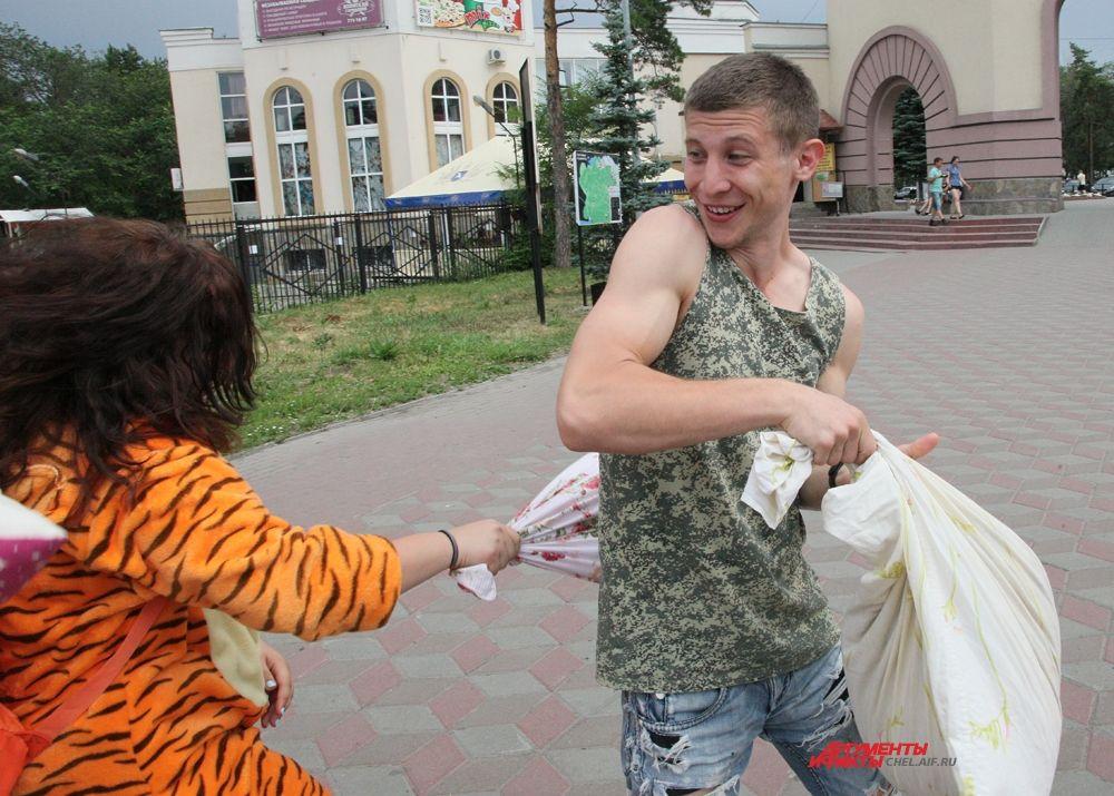 Но для девушек ограничений не было, поэтому представительницы слабого пола активно атаковали парней.